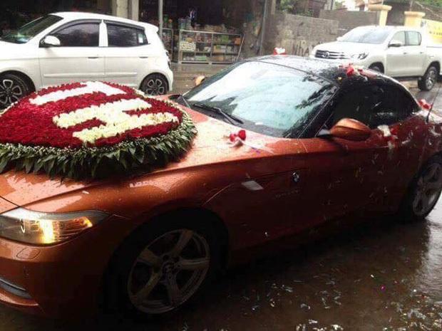 Xe đón dâu với bông hoa hồng lớn được kết bằng tên của cô dâu và chú rể