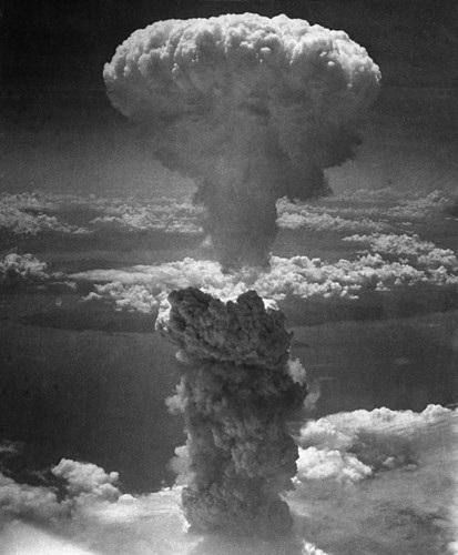 Cột khói hình nấm khổng lồ xuất hiện sau khi Không quân Mỹ thả bom nguyên tử xuống thành phố cảng Nagasaki của Nhật Bản ngày 9/8/1945. Ảnh: AP