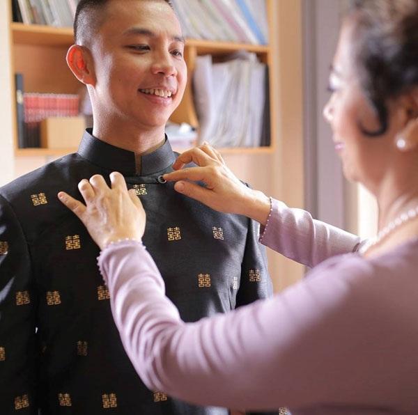 Chí Anh trong ngày ăn hỏi với áo dát vàng giá 6 nghìn USD.