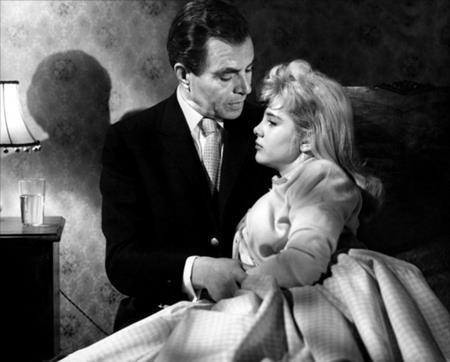 """Chuyển thể từ cuốn tiểu thuyết gây tranh cãi """"Lolita"""" của Vladimir Nabakov, bộ phim cùng tên của đạo diễn Stanley Kubrick từng khiến dư luận dậy sóng khi để cho hai diễn viên James Mason và Sue Lyon nên duyên trên màn ảnh. Sue Lyon, người thủ vai nữ chính Lolita, khi ấy chỉ mới 14 tuổi và kém """"người yêu"""" James Mason tới 37 tuổi."""