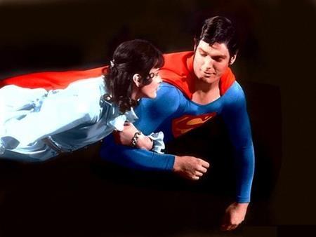 Siêu nhân và Lois Lane chắc chắn là đôi tình nhân nổi tiếng bậc nhất trong thế giới truyện tranh. Tuy vậy, có một điều khá phiền lòng trong cuộc tình này là dù Lois Lane đã được Siêu Nhân cứu mạng bao lần nhưng cô nàng vẫn không nhận ra người trong mộng với danh tính Clark Kent chỉ vì… cặp kính và kiểu tóc.