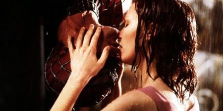 Sau khi được chuyển thể lên màn ảnh, đôi tình nhân Peter Parker và Mary-Jane Watson đã có một nụ hôn ngược dưới mưa xứng đáng đi vào hàng ngũ kinh điển của nền điện ảnh thế giới.