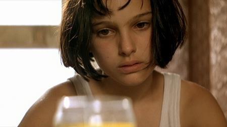 """Ngay từ thời niên thiếu, Natalie Portman đã gây chấn động làng điện ảnh thế giới với vai diễn Mathilda trong bộ phim """"Léon: The professional"""" (1994). Dù chỉ mới 13 tuổi khi tham gia tác phẩm này nhưng Natalie Portman đã thể hiện rất tốt những diễn biến nội tâm sâu sắc của một cô bé phải chứng kiến cảnh cả gia đình bị sát hại và sau đó lại tiếp tục biến hóa tài tình trong những phân đoạn hành động nghẹt thở."""
