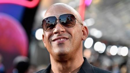 """Sau phần phim """"The Fast and the Furious"""" vô cùng thành công hồi năm 2001, các nhà sản xuất đã rất quyết tâm thực hiện một phần phim """"ăn theo"""" và mời chào Vin Diesel mức cát-xê lên tới 25 triệu đô la Mỹ. Tuy vậy, nam tài tử lại không muốn phá hỏng những ấn tượng tốt đẹp mà phần phim đầu tiên tạo dựng được và đã ngoảnh mặt làm ngơ trước mức đãi ngộ siêu """"khủng"""" nói trên."""