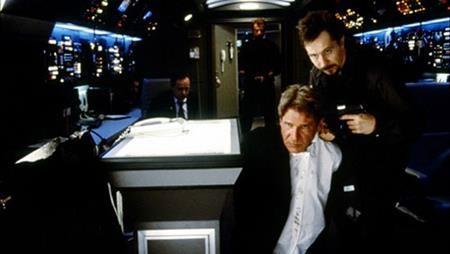 """""""Air force one"""" (1997) xoay quanh sự kiện chiếc chuyên cơ của Tổng thống Mỹ đột nhiên bị không tặc tấn công, rất nhiều người trở thành con tin của bọn khủng bố và một cuộc giải cứu nghẹt thở đã diễn ra ngay trên không. """"Air force one"""" không chỉ được đánh giá cao nhờ tính hành động, hấp dẫn mà còn là một tác phẩm hết sức nhân văn, truyền cảm hứng yêu nước tự hào."""