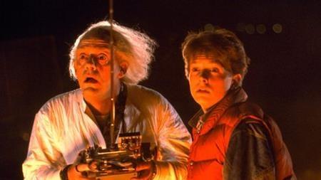 """""""Back to the future"""" luôn là một trong những bộ phim khoa học viễn tưởng hấp dẫn khán giả nhất. Đặc biệt, trong một cảnh phim, nhân vật chính đã dùng ván trượt để chạy trốn và thậm chí còn bám vào đuôi xe ô tô để có thể trượt đi thật nhanh."""