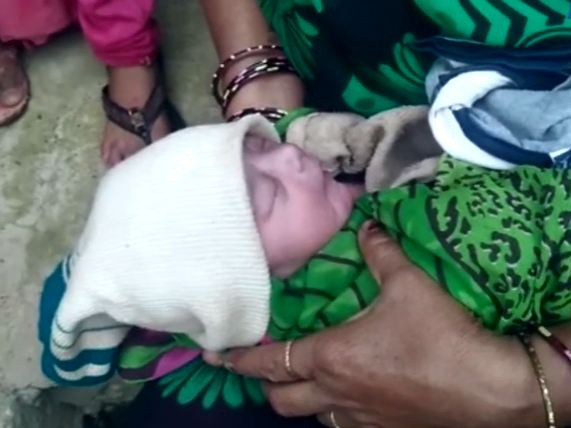 Đứa bé sơ sinh bị mẹ đẻ vứt bỏ gần miệng cống