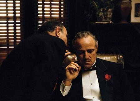 """Cuốn tiểu thuyết gốc của Mario Puzo vốn dĩ đã là một kiệt tác của nền văn học thế giới. Tuy nhiên, đạo diễn Francis Ford Coppola đã xuất sắc chuyển thể tác phẩm này sang một thứ ngôn ngữ điện ảnh đỉnh cao khiến cho người người say đắm. Và lẽ dĩ nhiên, """"The godfather"""" luôn nằm trong top những bộ phim chuyển thể hay nhất mọi thời đại."""