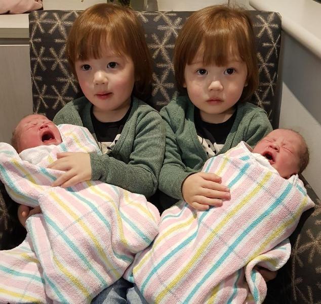 Hai anh trai sinh đôi Burstows, Browns bế hai em gái sinh đôi Camilla và Madison