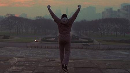 """""""Rocky"""" vốn là loạt phim truyền cảm hứng cho khán giả dũng cảm theo đuổi tình yêu, đam mê và """"cháy"""" hết mình để không bao giờ phải nói lời hối tiếc. Dù vậy, ban đầu Sylvester Stallone lại viết một đoạn kết rất buồn cho phần phim """"Rocky"""" (1976) khi để nhân vật chính thua cuộc và dùng số tiền kiếm được để… mở một cửa hàng thú cưng."""
