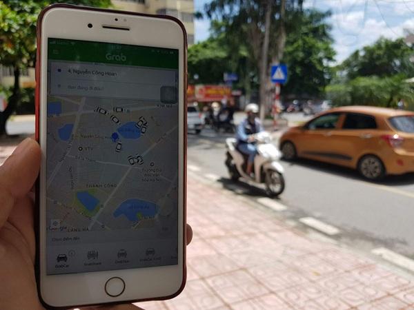 Dịch vụ Uber/Grab đang thịnh hành nhờ tính linh hoạt và mức cước phí cạnh tranh - Ảnh: Hoàng Cường