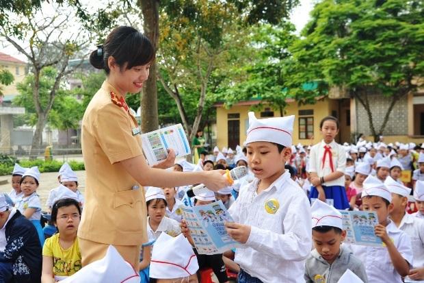 """Các em học sinh hào hứng tham gia các hoạt động trong khuôn khổ chương trình """"Doraemon với An Toàn Giao Thông"""" năm 2016"""
