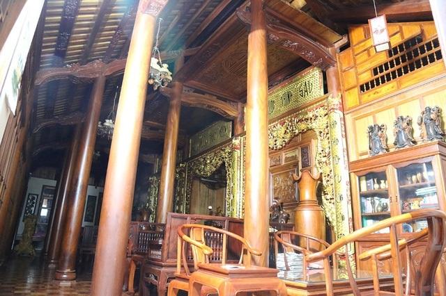 Những cây cột gỗ ông Trung khẳng định mua từ một người chuyên làm gỗ ở Lào