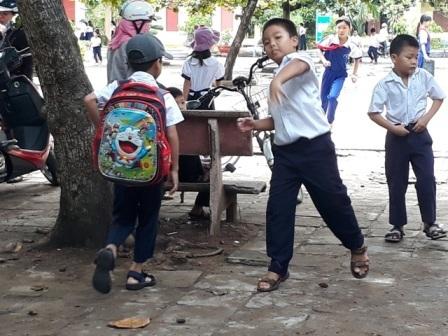 Đồng phục nam sinh Trường tiểu học Lạc Long Quân, Tuy Hòa (ảnh: H.P)