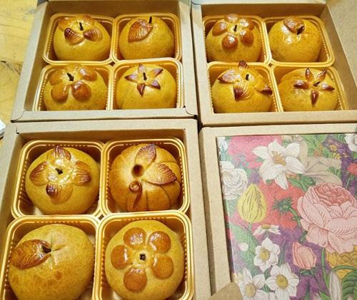 Bộ bánh tứ quả sang trọng, đẹp đẽ hút mắt người mua (ảnh: Thân Thanh Giang)