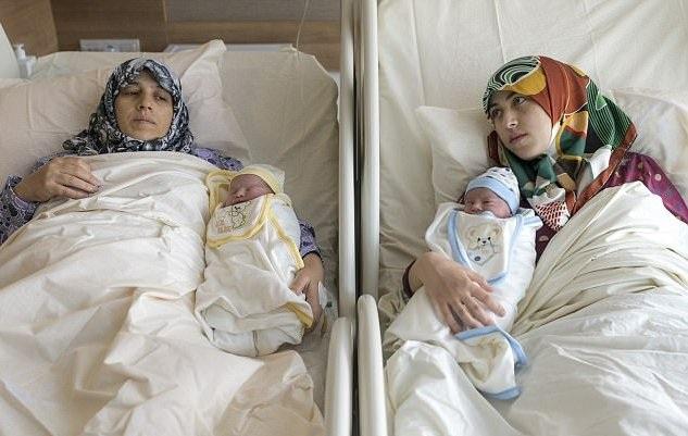 Fatma và Gade phát hiện mang thai trong cùng một tuần rồi sinh con trong cùng một ngày