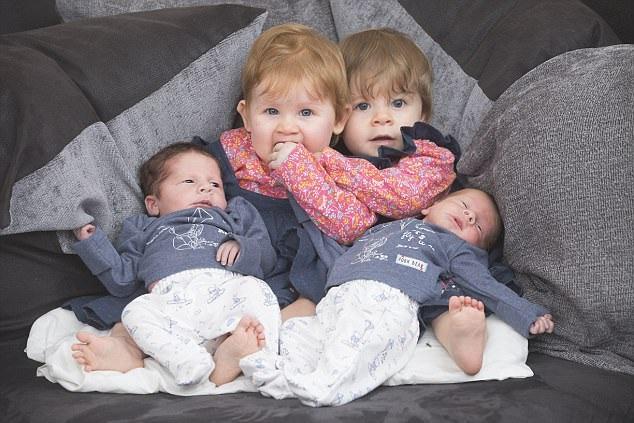 Cả hai cặp sinh đôi đều chào đời tại bệnh viện Ipswich