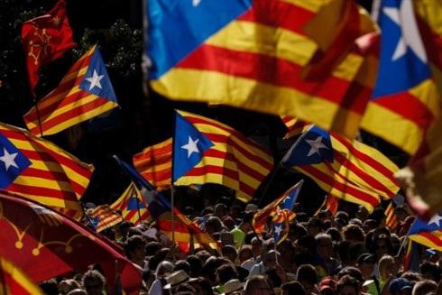 Lãnh đạo vùng Catalonia có 5 ngày để nói rõ tình trạng độc lập. Ảnh: CNN.