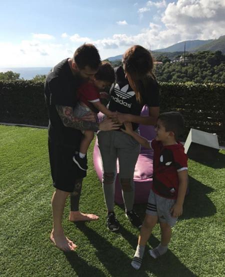 Bà xã của Messi vui mừng báo tin bầu bí