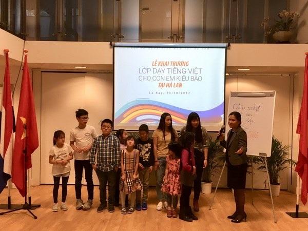 Lớp học tiếng Việt đầu tiên gồm 10 em học sinh. (Ảnh: ĐSQ Việt Nam tại Hà Lan)