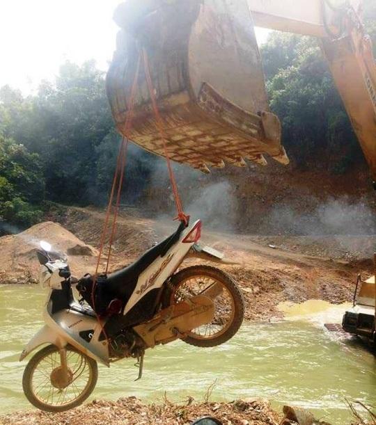 Hình ảnh người dân và xe máy qua suối bằng... máy múc - Ảnh: Lò Thị Tuyền