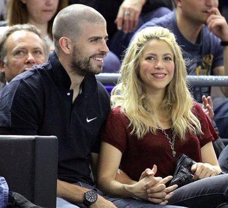 """Ngay từ khi mới công khai, mối tình giữa nữ ca sĩ Shakira và chàng cầu thủ Gerard Pique đã nhanh chóng nhận được sự ủng hộ từ người hâm mộ. Đến nay, cặp đôi đã có một mái ấm hạnh phúc và bất chấp những tin đồn chia tay, cặp """"máy bay bà già"""" – """"phi công trẻ"""" này vẫn ngày một gắn bó với nhau nồng nàn hơn."""