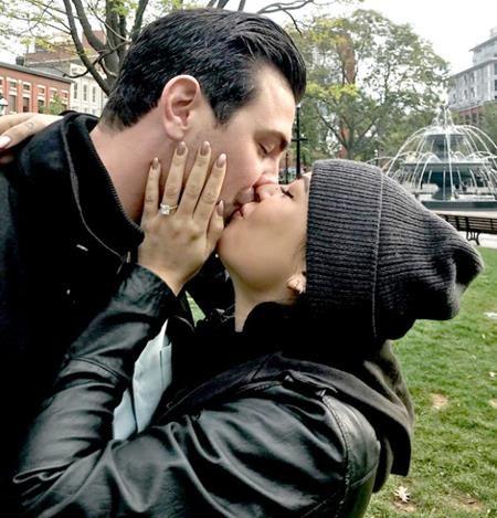 """Nữ diễn viên của """"Pretty little liars"""", Janel Parrish đã được bạn trai Chris Long cầu hôn ngay lúc cả hai đang đưa chó cưng đi dạo ở Toronto, Canada. Và Parrish cũng đã không thể che giấu nổi niềm hạnh phúc khi khoe ra chiếc nhẫn đính hôn nạm kim cương mặt vuông lấp lánh mà vị hôn phu của mình đã trao tặng."""