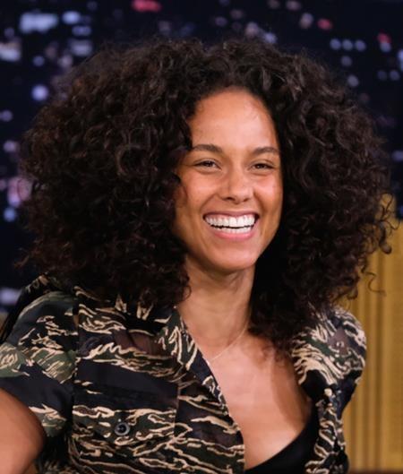 """Alicia Keys từng thẳng thắn lên tiếng bài xích những định kiến, phán xét không ngừng cho rằng lúc nào phụ nữ cũng phải """"mình hạc xương mai"""", phải sexy và phải thật hoàn hảo. Nữ ca sĩ từng tự tin để mặt mộc tham gia các chương trình giải trí và vui vẻ chia sẻ với fans hâm mộ rằng: """"Mỗi khi tôi ra khỏi ra, tôi lại lo lắng nếu mình không trang điểm, nhỡ có ai muốn chụp hình thì sao? Rồi nhỡ người ta đăng ảnh lên mạng thì sao? Đó quả là những suy nghĩ thiếu an toàn, hời hợt nhưng cũng rất chân thật mà tôi từng có""""."""