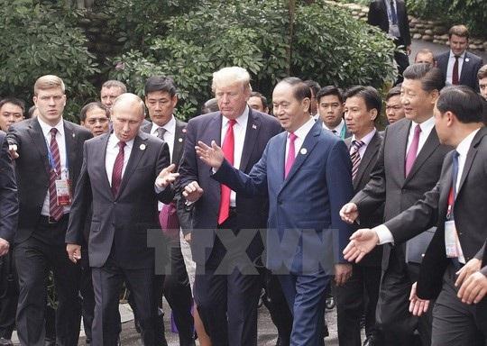 Chủ tịch nước Trần Đại Quang cùng các nhà lãnh đạo đi dạo đến điểm chụp hình. Ảnh: TTXVN