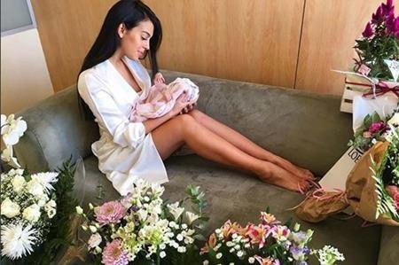 Georgina Rodriguez hạnh phúc đăng ảnh với con gái