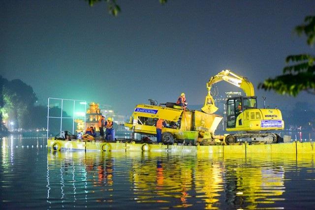 Gần 200 công nhân trắng đêm nạo vét hồ Hoàn Kiếm - 4
