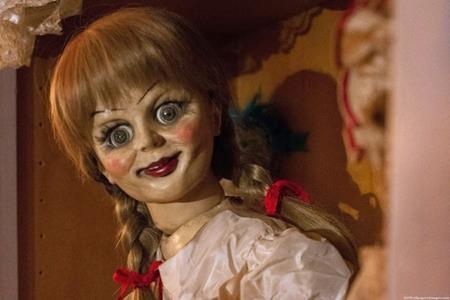 """Annabelle chắc chắn đứng đầu bảng danh sách những con búp bê đáng sợ nhất trên màn ảnh. Từng xuất hiện trong 4 bom tấn kinh dị """"The conjuring"""" (2013), """"Annabelle"""" (2014), """"The conjuring 2"""" (2016), """"Annabelle: Creation"""" (2017), cô nàng búp bê này đã giúp các nhà sản xuất thu hút không ít khán giả và chắc chắn sẽ còn xuất hiện trên màn ảnh trong tương lai."""