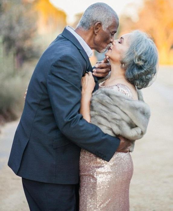 Ông bà trao cho nhau những nụ hôn ngọt ngào sau 47 năm hôn nhân