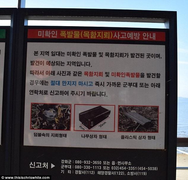 Biển hiệu cảnh báo khách du lịch về mìn trôi dạt vào bờ biển.
