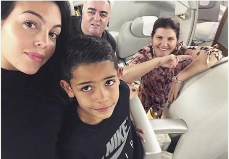 Georgina Rodriguez hạnh phúc khoe ảnh gia đình
