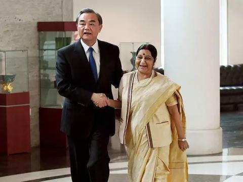 Ngoại trưởng Trung Quốc và người đồng cấp Ấn Độ trong cuộc gặp song phương hôm 12/12. Ảnh: Times of India
