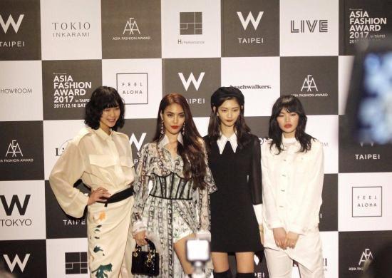 Lan Khuê nổi bật trên thảm đỏ của Giải thưởng thời trang châu Á – Asia Fashion Award 2017 tại Đài Loan. Mặc dù đứng cạnh những người mẫu khác từ nước bạn. Tuy nhiên, nữ huấn luyện viên The Face vẫn không bị lấn át.