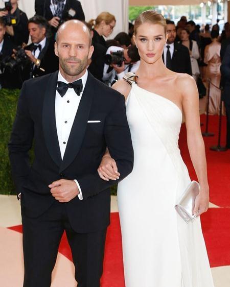 Mối quan hệ giữa Jason Statham và Rosie Huntington-Whiteley vẫn hết sức gắn bó dù cho chàng hơn nàng tới 20 tuổi và tháng 01/2016, cặp sao đã đính hôn với nhau sau gần 6 năm hò hẹn