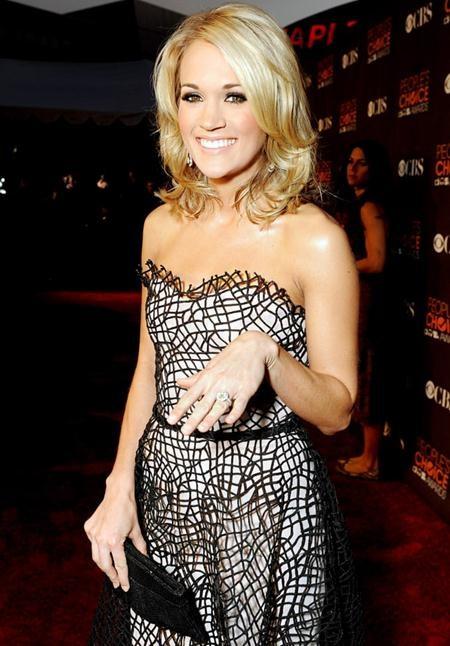 Mike Fisher đã đặc biệt chuẩn bị một chiếc nhẫn kim cương 12 carat trị giá 800.000 đô la Mỹ để có thể chính thức ngỏ lời cầu hôn với Carrie Underwood vào tháng 12/2009