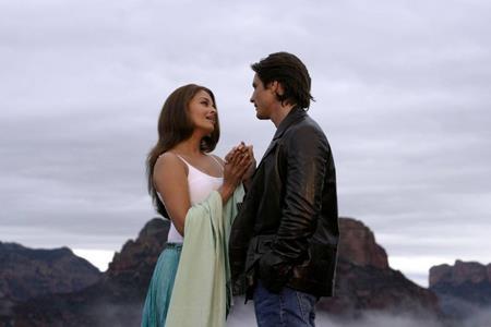 """""""Bride and Prejudice"""" (2004) của điện ảnh Bollywood sẽ giúp các cặp đôi """"đổi gió"""" trong ngày Valentine, chưa kể tới câu chuyện tình yêu hấp dẫn trong phim, chỉ riêng nhan sắc tuyệt trần của Hoa hậu Aishwarya Rai Bachchan cũng đã đủ khiến cho người xem phải """"nghiêng ngả"""""""