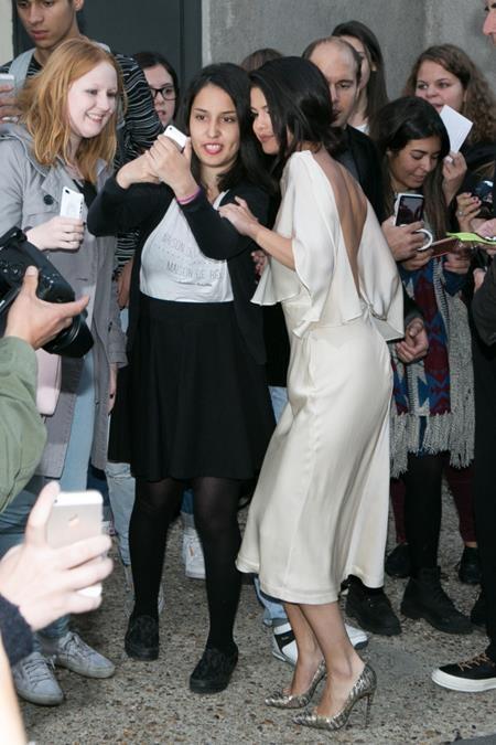 Selena luôn bình tĩnh, tự tin và hết sức tập trung cho mỗi bức hình