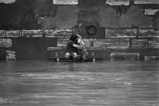 Lãng mạn những bức ảnh về nụ hôn dọc bờ sôngSeine - 10