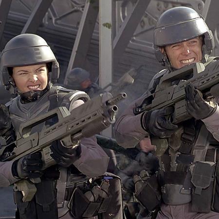 """Ra mắt vào năm 1997, bộ phim """"Starship troopers"""" nhanh chóng gây được nhiều tiếng vang nhờ nội dung mới lạ cùng kỹ xảo ấn tượng và dù hai thập kỷ đã trôi qua nhưng tác phẩm này vẫn để lại một ấn tượng sâu sắc cho người xem"""