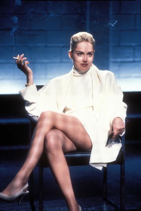 """Sharon Stone thực sự đã """"đốt cháy"""" cả khung hình khi xuất hiện với một chiếc váy siêu ngắn trong phim """"Basic instinct"""" và dù trong cảnh quay này, Sharon Stone đang bị thẩm vấn nhưng chính khán giả mới là những người bị đặt vào thế bị động do phải cố chống chọi với sức quyến rũ khó cưỡng từ bộ trang phục này"""