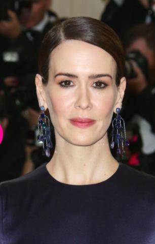 Hoa tai của Sarah Paulson được làm từ vàng trắng, đá sapphire kết hợp với đá tourmaline tuyệt đẹp