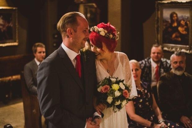 Hạnh phúc đứng bên nhau trong đám cưới