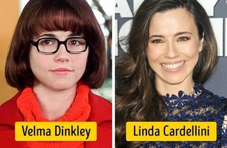 """Khi nhận lời đóng vai Velma trong bộ phim chuyển thể """"Scooby-Doo"""", Linda Cardellini đã phải đeo một cặp kính to đùng, mặc bộ đồ màu cam khá kì cục cùng một mái tóc siêu ngố tàu"""