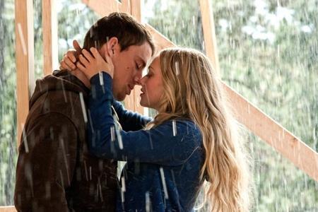 """Tác phẩm tình cảm lãng mạn """"Dear John"""" (2010) đã mang đến cho khán giả một nụ hôn tuyệt đẹp, đầy cảm xúc của hai ngôi sao Channing Tatum và Amanda Seyfried"""