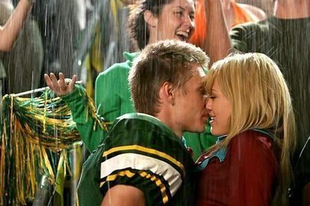 """Nụ hôn ngọt như kẹo của Hilary Duff và Chad Michael Murray trong bộ phim """"A Cinderella story"""" hồi năm 2004 từng """"đốn gục"""" biết bao trái tim thiếu nữ"""