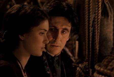 """Dựa trên cuốn tiểu thuyết của Louisa May Alcott, bộ phim """"Little women"""" (1994) đã vẽ nên một mối tình lệch tuổi hết sức lãng mạn do Gabriel Byrne và Winona Ryder thể hiện. Ở ngoài đời, cặp đôi diễn viên chính cũng chênh nhau đến 21 tuổi."""